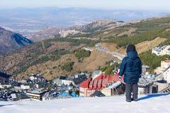 Chłopiec spojrzenia przy śnieżystym miasteczkiem sierra Nevada Fotografia Stock