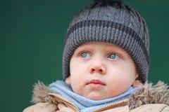 Chłopiec spojrzenia przy stroną Fotografia Royalty Free