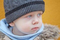 Chłopiec spojrzenia przy stroną Obraz Royalty Free