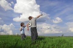 Chłopiec spojrzenie w niebie Obrazy Royalty Free