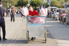 Chłopiec Sprzedaje Bawełnianego cukierek Z Jego Handcart Obrazy Royalty Free