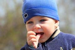 Chłopiec ssa jego kciuk zdjęcia royalty free