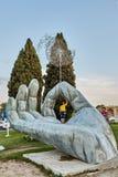 Chłopiec stoi na dużej statui palma, Isfahan, Iran zdjęcie royalty free