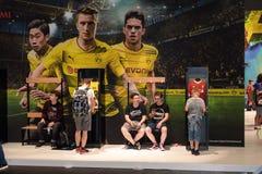 Chłopiec stoją i siedzą przed BVB reklamą fotografia stock
