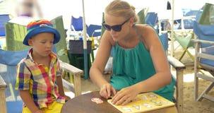 Chłopiec studiowania liczby bawić się z matką zbiory wideo