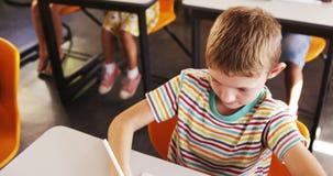Chłopiec studiowanie w sala lekcyjnej zbiory wideo