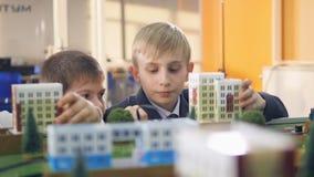 Chłopiec studiuje małego modela miasto zbiory wideo