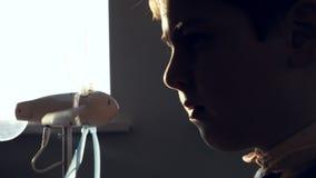 Chłopiec studiuje małego modela silnik wiatrowy, koncentrującego zbiory wideo