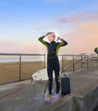 Chłopiec surfingowa natryskiwanie Przy plażą Zdjęcie Royalty Free