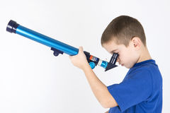 Chłopiec synkliny przyglądający teleskop Zdjęcia Stock