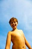 Chłopiec szczęśliwi uśmiechnięci młodzi plogues jego tonge Obrazy Royalty Free