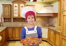 Chłopiec szef kuchni z pizzą Obrazy Stock