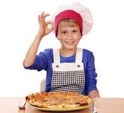 Chłopiec szef kuchni z pizzą i ok znakiem Zdjęcia Stock