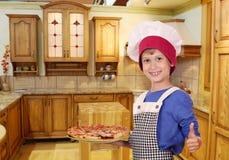 Chłopiec szef kuchni z pizzą up i kciukiem Obrazy Stock