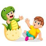 Chłopiec szokująca gdy jego przyjaciel przychodził out od jajka i używać Tyrannosaurus Rex kostium ilustracja wektor