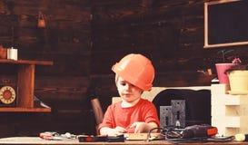 Chłopiec sztuka jako budowniczy lub naprawiacz, praca z narzędziami Dzieciństwa pojęcie Dziecko marzy o przyszłościowej karierze  zdjęcie royalty free