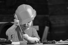 Chłopiec sztuka jako budowniczy lub naprawiacz, praca z narzędziami Dziecko marzy o przyszłościowej karierze w architekturze lub  zdjęcia royalty free