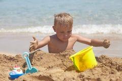 Chłopiec sztuka na th plaży Zdjęcia Royalty Free