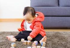 Chłopiec sztuka z zabawka blokiem obraz royalty free