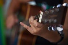 Chłopiec sztuki akordy na gitarze zdjęcie stock