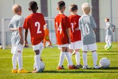 Chłopiec sztuki piłki nożnej szkolenia dopasowanie Dziecko sporta drużyna Młodość sporty fotografia royalty free