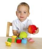 Chłopiec sztuki przy stołem Fotografia Stock