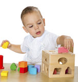 Chłopiec sztuki przy stołem Zdjęcia Stock