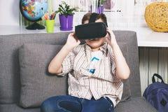 Chłopiec sztuki z rzeczywistość wirtualna szkłami, indoors Cyfrowej rzeczywistości wirtualnej przyrząd Zdjęcie Stock
