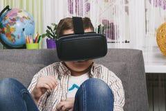 Chłopiec sztuki z rzeczywistość wirtualna szkłami, indoors Cyfrowej rzeczywistości wirtualnej przyrząd Obraz Stock