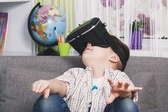 Chłopiec sztuki z rzeczywistość wirtualna szkłami, indoors Cyfrowej rzeczywistości wirtualnej przyrząd Zdjęcie Royalty Free