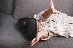 Chłopiec sztuki z rzeczywistość wirtualna szkłami, indoors Cyfrowej rzeczywistości wirtualnej przyrząd Zdjęcia Stock