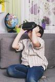 Chłopiec sztuki z rzeczywistość wirtualna szkłami, indoors Cyfrowej rzeczywistości wirtualnej przyrząd Fotografia Royalty Free