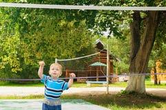 Chłopiec sztuki z siatkówki siecią Obraz Royalty Free