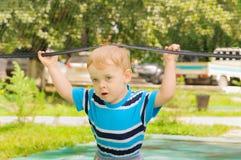 Chłopiec sztuki z siatkówki siecią Obraz Stock