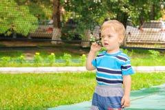 Chłopiec sztuki z siatkówki siecią Zdjęcia Stock
