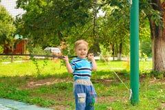 Chłopiec sztuki z siatkówki siecią Zdjęcie Stock