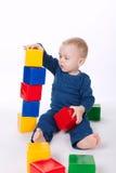 Chłopiec sztuki z sześcianami na bielu fotografia stock