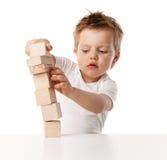 Chłopiec sztuki z sześcianami obraz stock