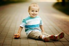 Chłopiec sztuki z zabawkarskim samochodem fotografia royalty free