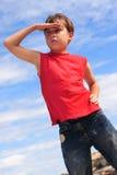 Chłopiec szuka przyglądającą rękę czoło Fotografia Stock