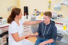 Chłopiec taktuje żeńskim dentystą Zdjęcia Stock