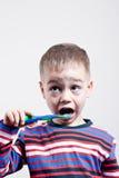 chłopiec target1586_0_ zęby młodzi Fotografia Royalty Free