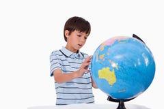 Chłopiec target9_0_ przy kulę ziemską Obraz Stock