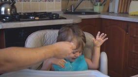 Chłopiec tata karmi owsiankę w kuchni zdjęcie wideo