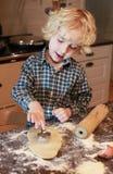 Chłopiec tnący ciasto out Zdjęcia Royalty Free