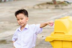 Chłopiec trow śmieci Obrazy Royalty Free