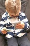 Chłopiec trzyma dolarowych rachunki obraz stock