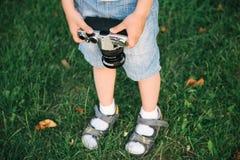 Chłopiec trzyma ekranową kamerę obraz royalty free