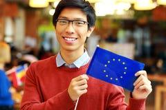 Chłopiec trzyma flaga Europe zjednoczenie w szkłach Zdjęcie Stock