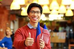 Chłopiec trzyma flaga Europe zjednoczenie z usa w szkłach Obraz Stock